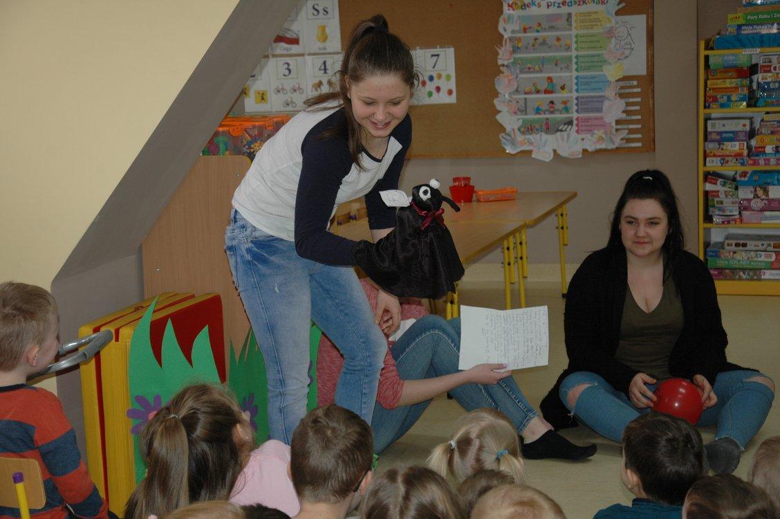 Zabawy z muchą Fefe wśród przedszkolaków.